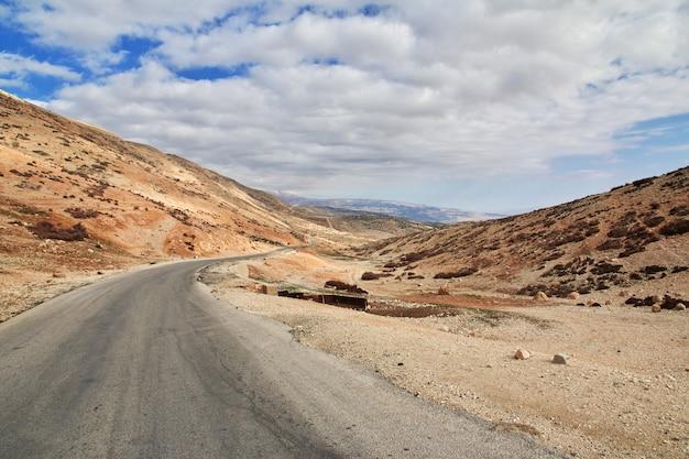 La route dans la vallée de la bekaa au liban