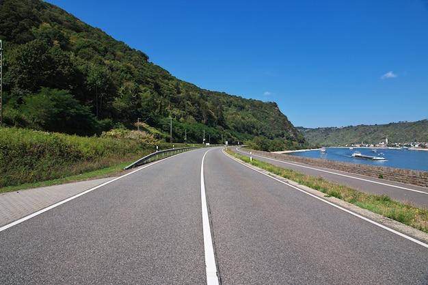La route dans la vallée du rhin dans l'ouest de l'allemagne