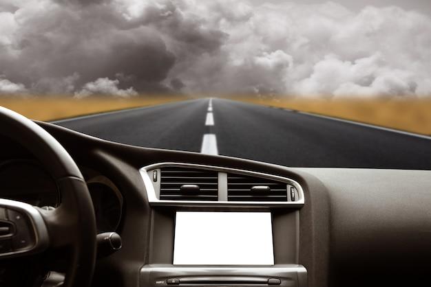 Route depuis l'intérieur de la voiture