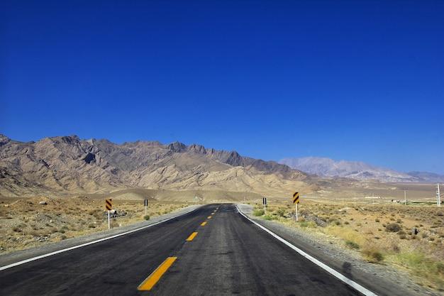 Route sur le désert d'iran jusqu'au village d'abyaneh