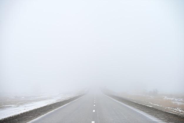 Route disparaissant dans le brouillard
