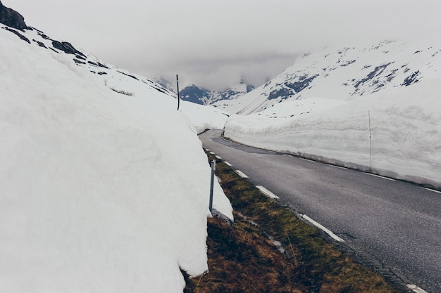Route enneigée avec de la glace
