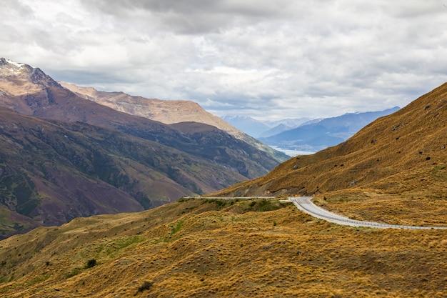 La route entre les collines de l'île du sud nouvelle-zélande
