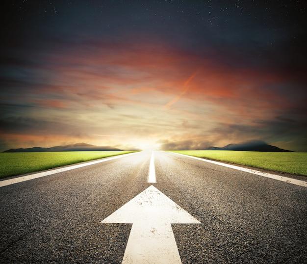 Route avec une flèche blanche sur l'asphalte