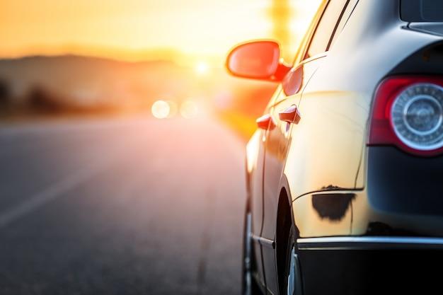 Route floue et voiture, fond de mouvement de vitesse
