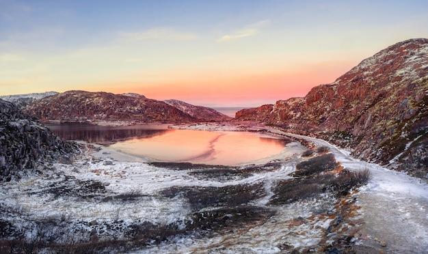 Route de glace vers le lac de montagne d'hiver de l'arctique