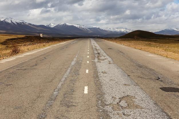 Route goudronnée, autoroute bichkek osh dans la vallée de suusamyr au kirghizistan