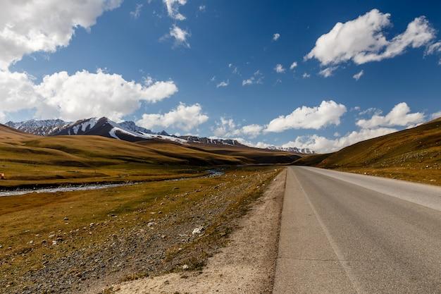 Route goudronnée, autoroute bishkek-osh m41, vallée de suusamyr chuy province kirghizistan