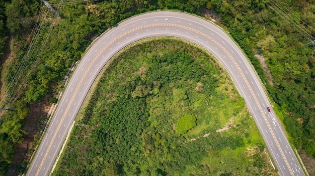 Route goudronnée sur la colline dans la province de phetchabun, en thaïlande. vue aérienne du drone volant.