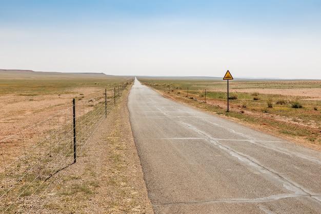 Route goudronnée dans la steppe, mongolie intérieure