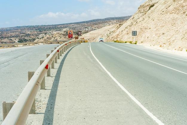 Route goudronnée le long des falaises