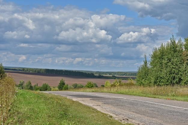 Route goudronnée parmi les champs