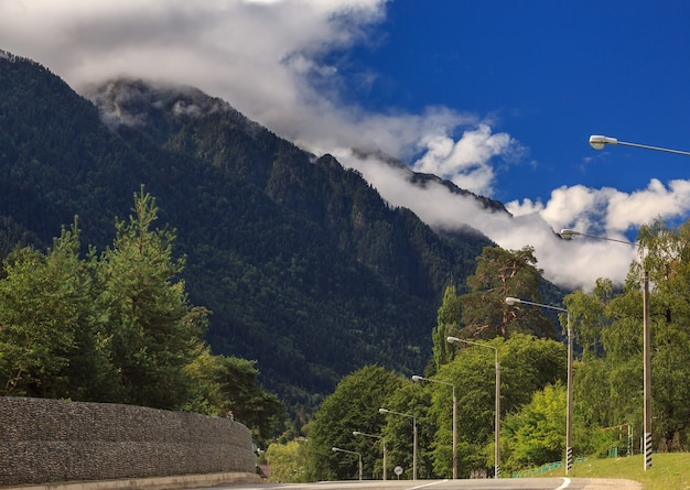 Route goudronnée pour voitures dans les contreforts du caucase du nord en russie.
