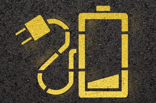 Route Goudronnée Avec Signe De Station De Charge De Batterie Photo Premium