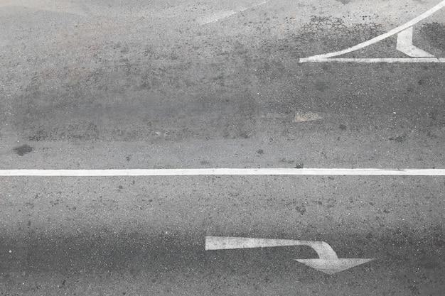 Route goudronnée avec symbole de virage