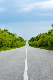 Route goudronnée, va au loin.
