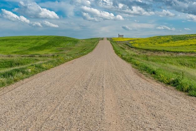 Route de gravier dans le pays menant à l'église luthérienne de la paix, mais abandonnée à stonehenge, sk