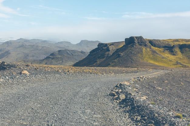Route de gravier à travers les montagnes de lave islandaises