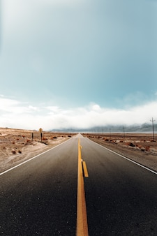 Route grise dans un paysage désertique