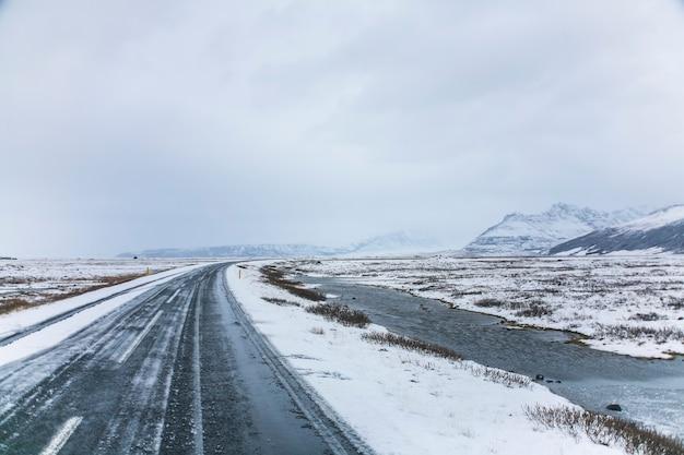 Route d'hiver dans le sud de l'islande, europe du nord.