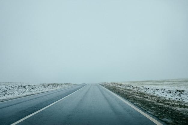 Route d'hiver. la piste.
