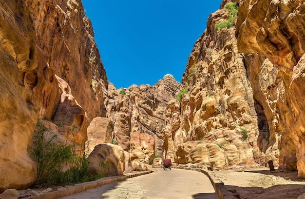 Route à l'intérieur du siq canyon à petra - jordanie