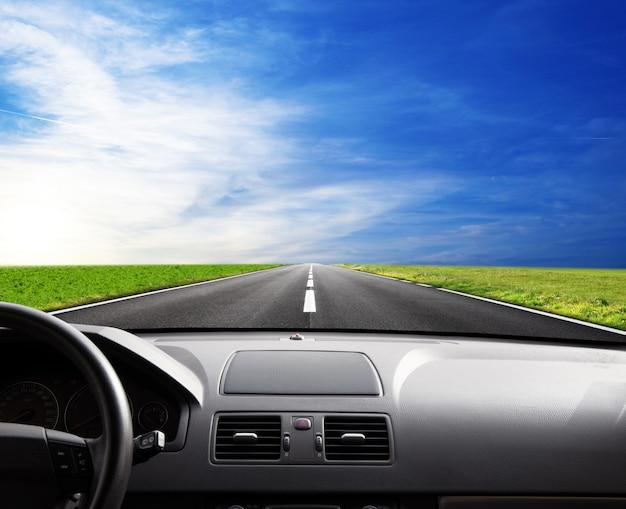 Route de l'intérieur de la voiture