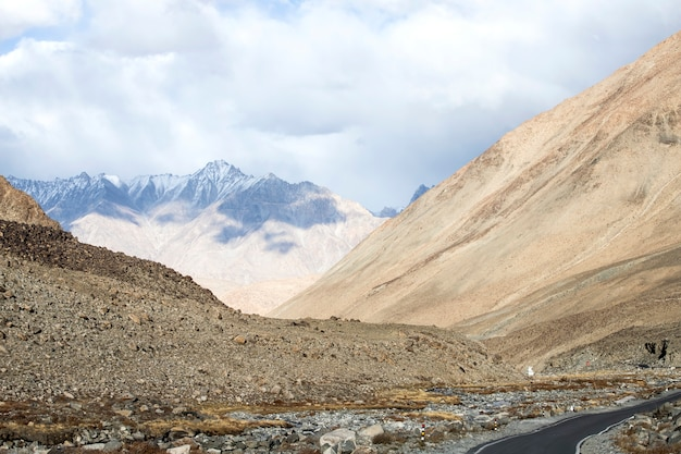 Route à leh ladakh belle et vue paysage avec fond de montagnes