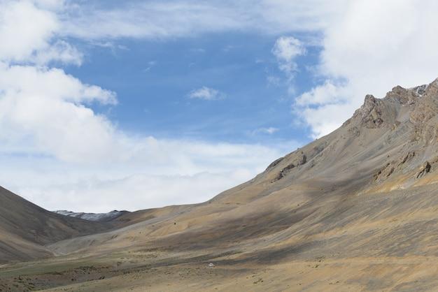 Route de leh-manali en journée ensoleillée avec un ciel bleu lumineux, inde