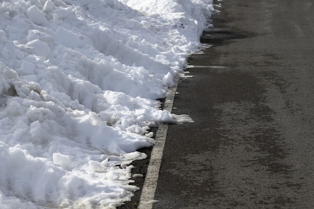 Route lignes blanches hiver neige danger trafic