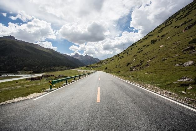 Route avec des lignes jaunes