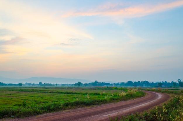 Route locale et le lever du soleil