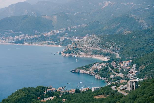 La route le long de la côte sur la côte adriatique au monténégro à travers les villes przno kamenovo