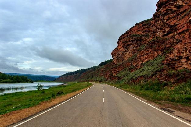 Route le long des montagnes et de la rivière lena.
