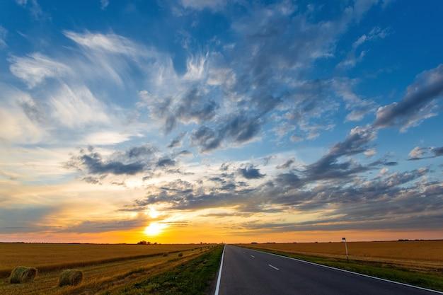 Route menant au coucher du soleil