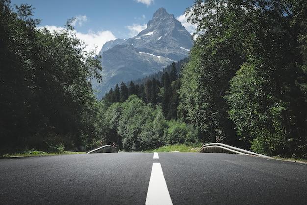 Route de montagne. courbe de route. voyage