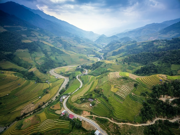 Route de montagne dans la magnifique vallée, mu cang chai, yenbai, vietnam.