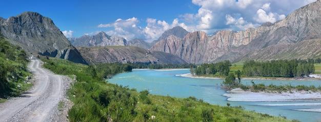 Route de montagne dans la vallée de la rivière katun dans l'altaï