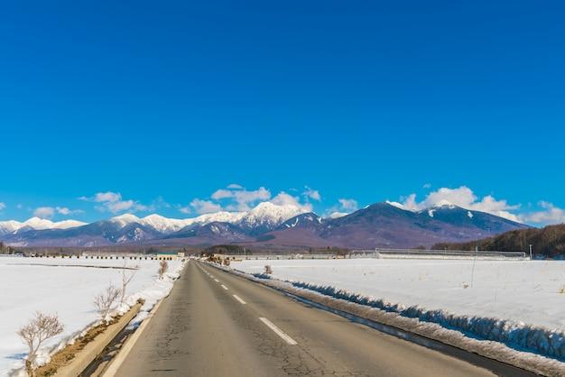Route à la montagne en hiver (japon)