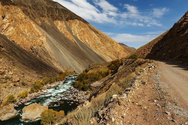 Route de montagne le long de la rivière rapide, rivière kokemeren, district de jumgal dans la région de naryn au kirghizistan