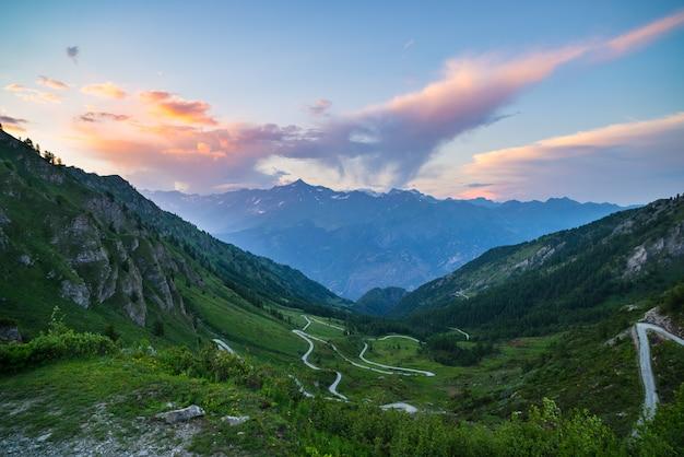 Route de montagne menant au col de haute montagne dans les alpes italiennes.