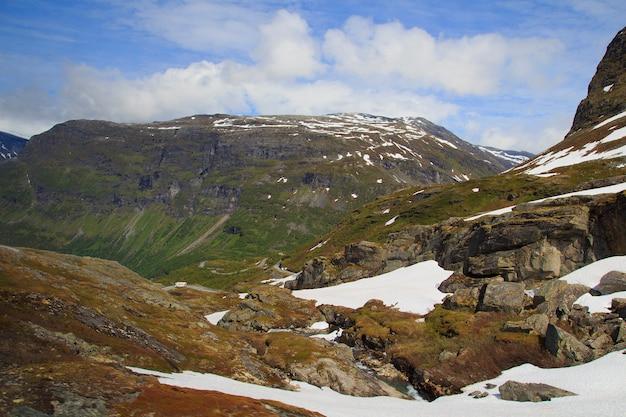 Route de montagne menant du point de vue de dalsnibba au fjord de geiranger