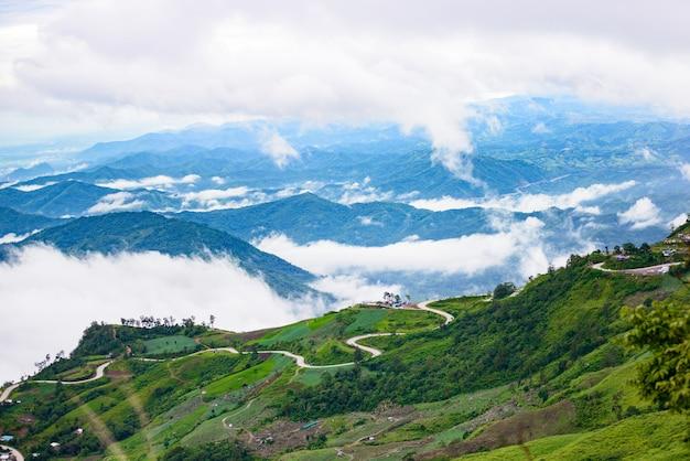Route de montagne à (phu tubberk) dans le parc national de phu hin rong kla