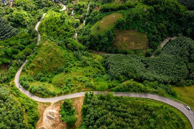 La route sur la montagne reliant la ville à chiang rai en thaïlande