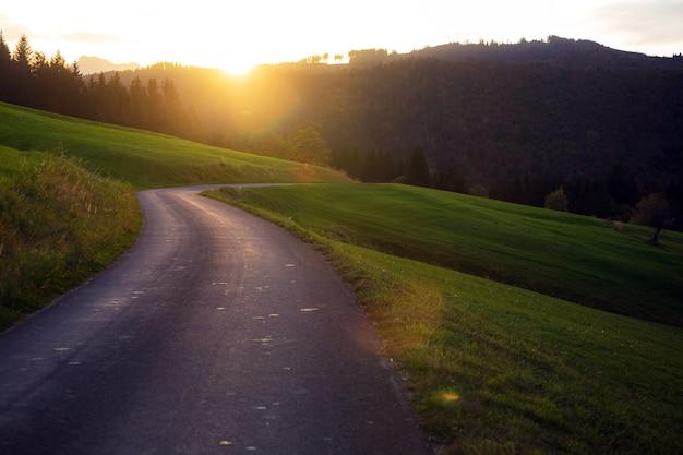 Route de montagne - route dans les montagnes d'autriche au lever du soleil