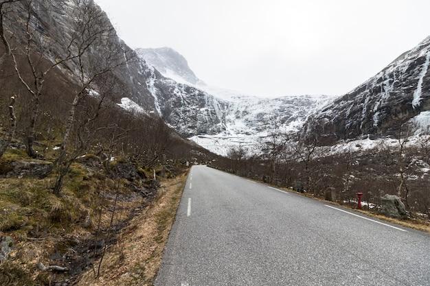 Cette route de montagne serpentine à rauma, en norvège, est fermée en hiver et au début du printemps.