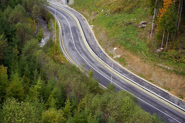Route de montagne vue aérienne de la route à travers la forêt personne