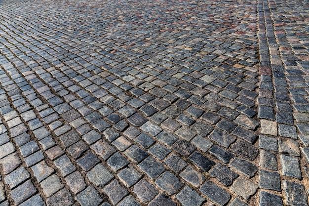 Route multicolore faite de pavés pour la circulation et les personnes