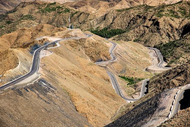 Route de ouarzazate à marrakech à travers les montagnes de l'atlas