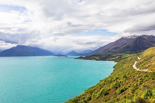 Route panoramique sur le lac turquoise du lac wakatipu nouvelle-zélande
